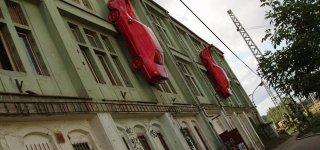 Скульптура «Красные автомобили»