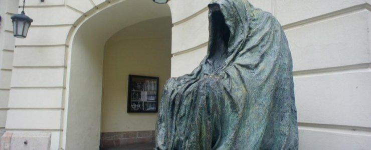 Скульптура Плащ совести или Пустой плащ