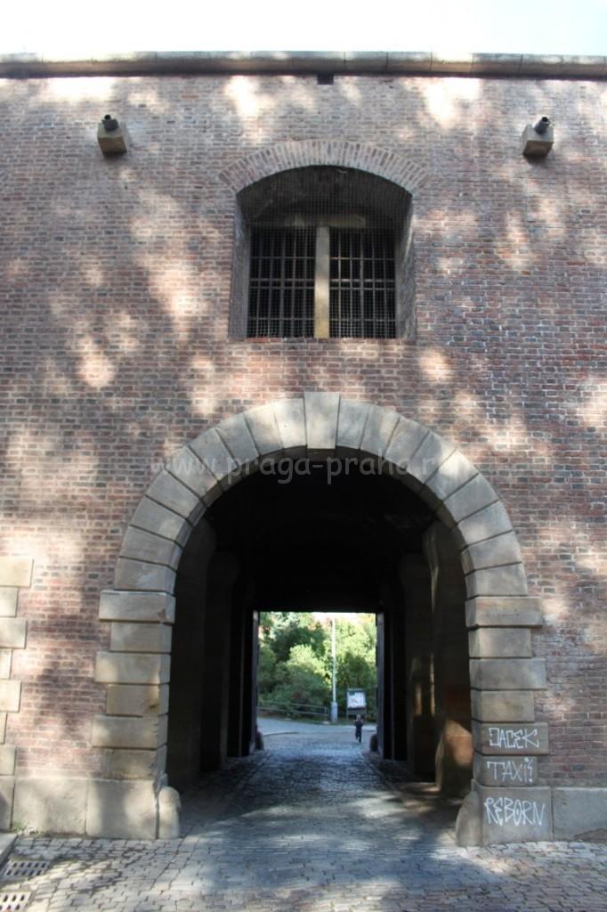 Выход в ворота из Вышеграда