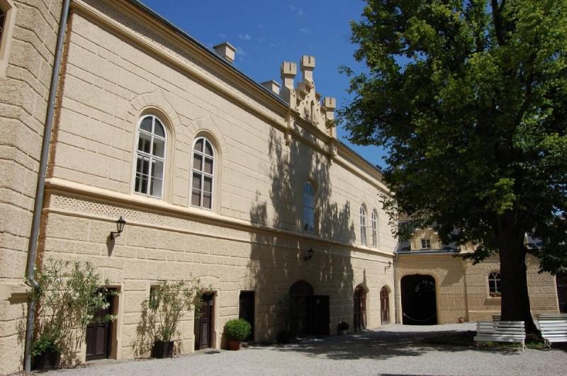 Замок Хише - двор