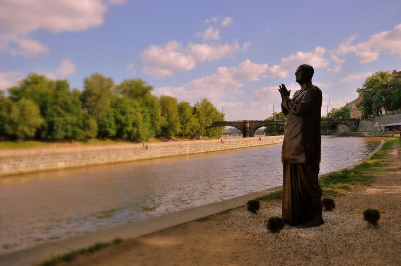 Скульптура молящегося человека 3
